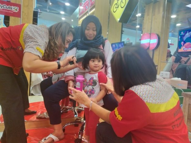 Baby Milk Store & Kiddy Cuts di Jalan Bontolempangan Makassar menawarkan layanan Kiddy Cuts (Salon Anak) dengan konsep super child friendly.(foto:djournalist).